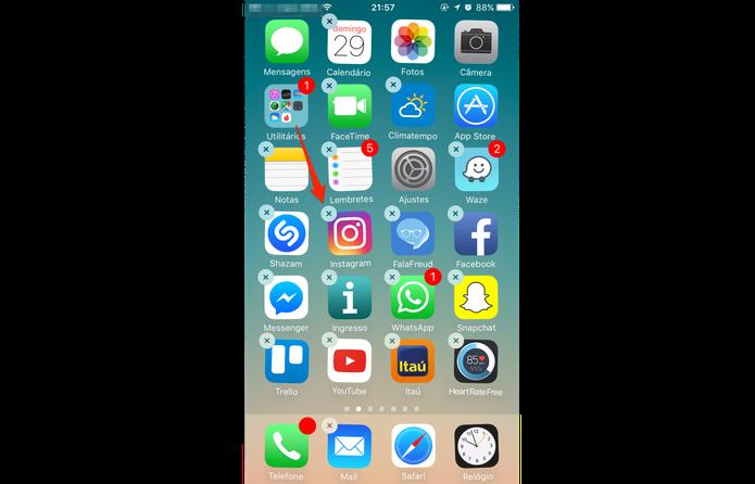 Pressione com o dedo o app que você gostaria de apagar e isso vai fazer com que os widgets comecem a balançar com um X em cima (Foto: Gabriella Fiszman/ TechTudo)