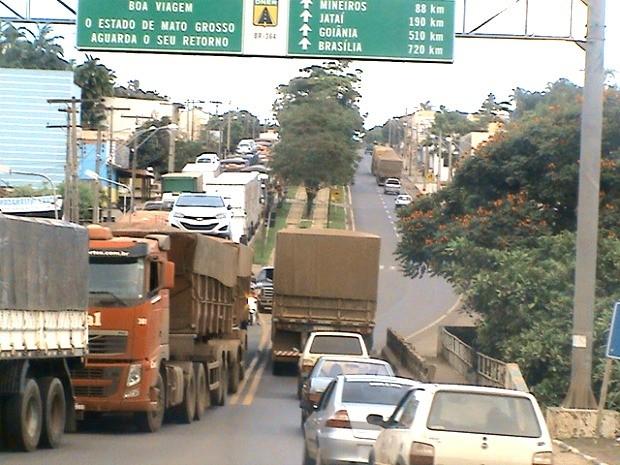 A cidade de Alto Araguaia chegou a dividida por fila de caminhões parados. (Foto: Alberton Viana)