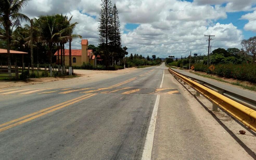 Família foi abordada na BA-250, na localidade conhecida como Igrejinha, em Itiruçu (Foto: Blog Itiruçu Online)