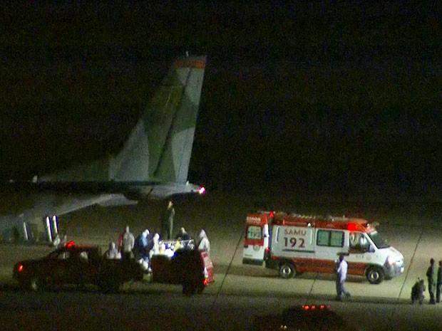 Paciente transferido de BH chegou no Rio em avião da FAB no fim da noite e foi recebido com esquema especial de segurança (Foto: Reprodução / TV Globo)