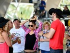 Mila Kunis exibe barriguinha de grávida em festival nos EUA