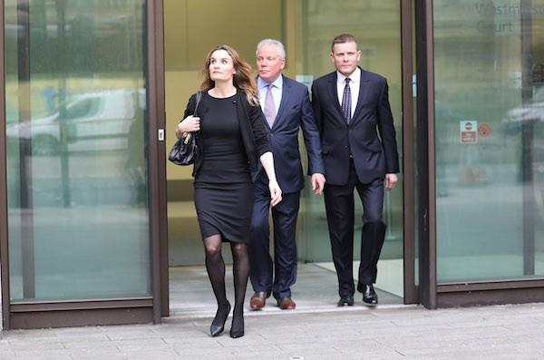 O sogro do apresentador Gordon Ramsay com seus dois filhos, também condenados pela justiça britânica (Foto: Getty Images)