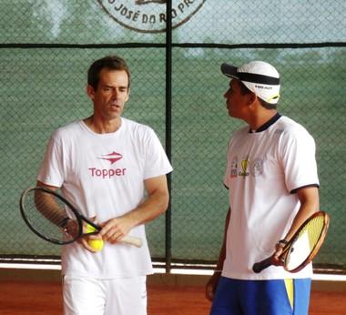 Daniel Orsanic (esquerda) conversa com Eder Barboza, um dos treinadores do projeto Tênis do Monte Líbano (Foto: Vinicius de Paula/Todo Sports.)