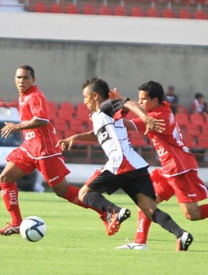 Armador do Corinthians-AL, Thiago Potiguar tenta driblar marcação forte do CRB (Foto: Ailton Cruz / Gazeta de Alagoas)