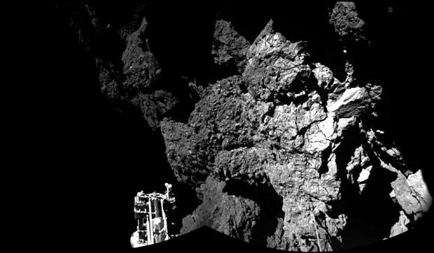 Combinação de fotos divulgada pela Agência Espacial Europeia mostra o robô Philae na superfície do cometa 67P/Churyumov-Gerasimenko (Foto: Esa/Rosetta/Philae/AP)