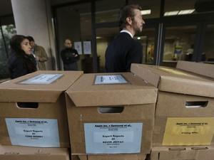Caixas com documentos referentes ao processo são empilhadas em frente à corte de San Jose, na Califórnia, durante o julgamento da ação da Apple contra a Samsung, em 28 de abril (Foto: AP Photo/Jeff Chiu)