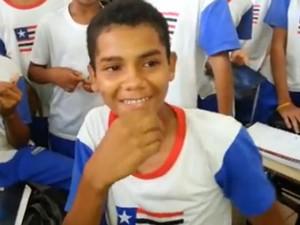 Eduardo Mendes é fã, canta e possui timbre de voz muito parecido ao de Luan Santana (Foto: Reprodução/site)