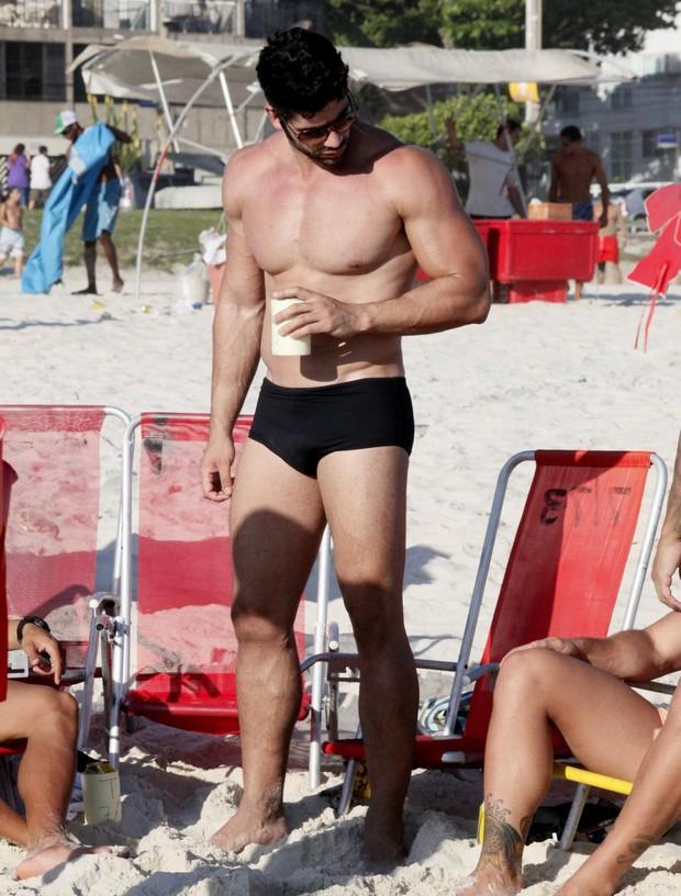 Kadu Parga na praia (Foto: Gabriel Rangel/ AgNews)