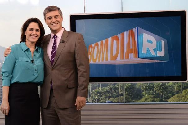 Ana Luiza Guimarães passa o bastão para Flávio Fachel e passa a apresentar o RJTV - 2ª edição (Foto: Raphael Dias/ TV Globo)