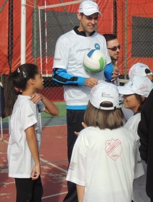 Ponteiro Dante visita Projeto Vôlei Para Brilhar em Suzano (Foto: Rodrigo Mariano)