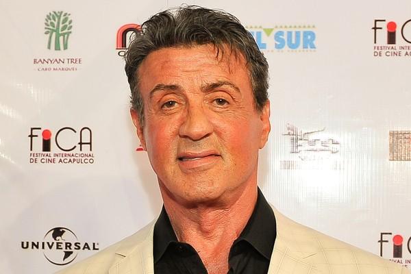Depois de passar 3 semanas dormindo em um ponto de ônibus, Sylvester Stallone se deparou com um anúncio para trabalhar em um filme adulto que pagava 100 dólares por dia. Ele aderiu ao projeto por dois dias – tempo suficiente para sair das ruas (Foto: Getty Images)
