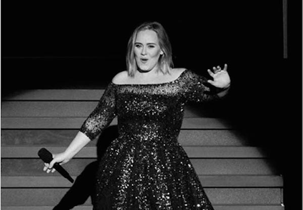 A cantora Adele durante um show (Foto: Instagram)