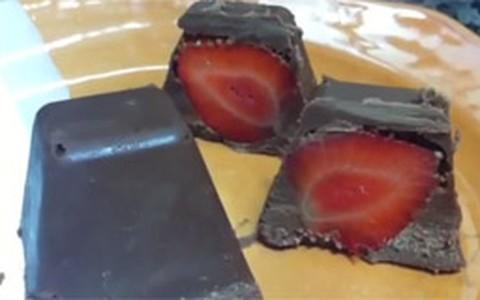 Bombom de chocolate com recheio de morango