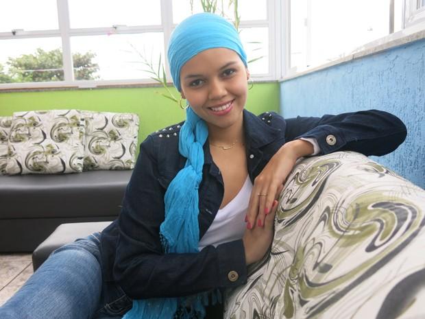 Caroline, de 20 anos, mantém um blog onde fala sobre beleza e leucemia (Foto: Anna Gabriela Ribeiro / G1)