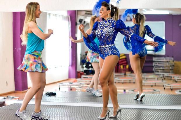 Lays Schmatz ensina passos de samba para Fabiana Teixeira (Foto: Marco Morais)