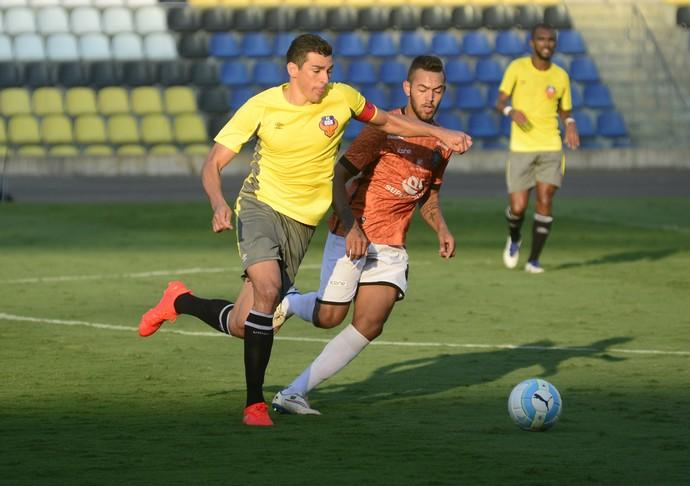 Lúcio, zagueiro do FC Goa, marcado por Anderson, meia do Rio Branco-ES (Foto: Vitor Jubini/A Gazeta)