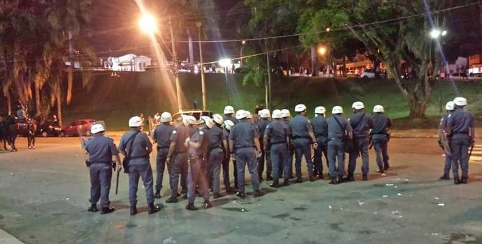 Policiais fazem proteção na entrada do vestiário da Ponte Preta (Foto: Heitor Esmeriz)