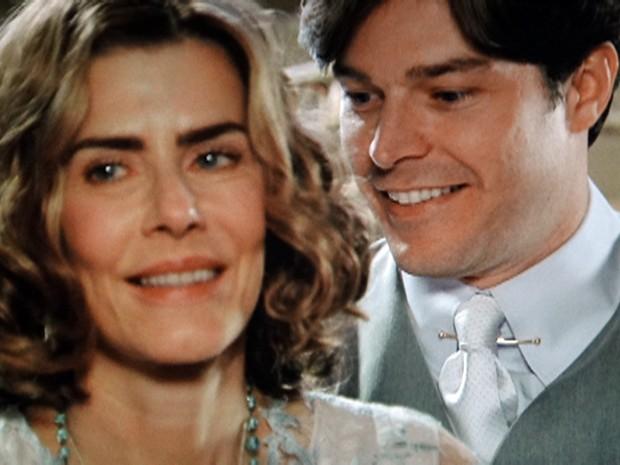Os amantes conversam dentro do consultório (Foto: Gabriela / TV Globo)