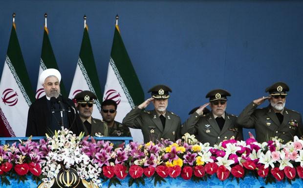 O presidente do Irã, Hassan Rohani, durante a celebração do Dia do Exército do Irã neste sábado (18) em Teerã (Foto: Behrouz Mehri/AFP)