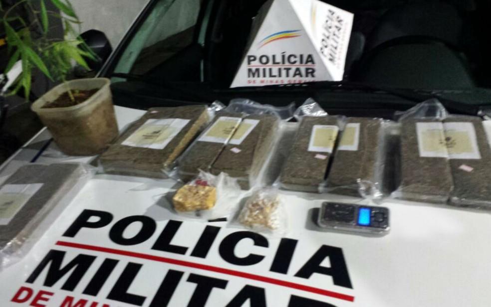 Droga foi localizada em casa abandonada que servia como depósito após denúncia em Juiz de Fora (Foto: Polícia Militar/Divulgação)