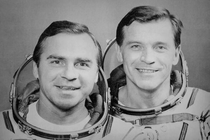 Aleksandr Serebrov (à direita) levou Game Boy em missão espacial (Foto: Reprodução / NY Times)