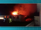 Adolescentes incendeiam carros e prédio da Polícia Militar, no Paraná