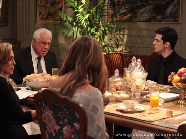 Félix fica sem reação ao ouvir que César vai pagar apartamento para Paloma (Foto: Amor à Vida / TV Globo)