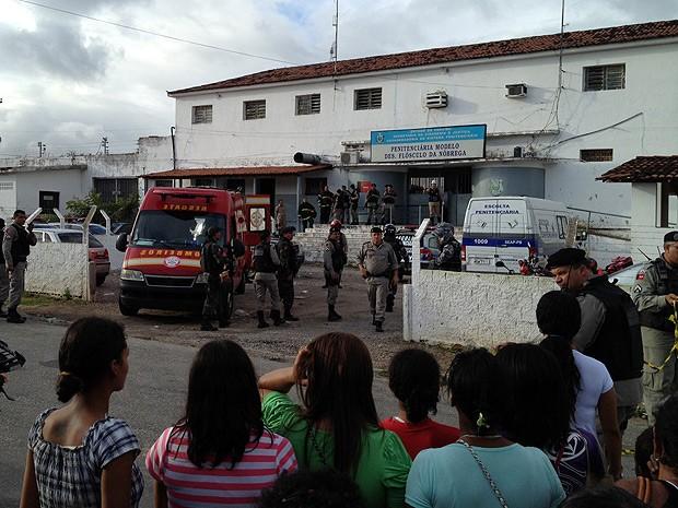 Familiares foram para a porta do presídio logo que souberam do tumulto (Foto: Daniel Peixoto/G1)