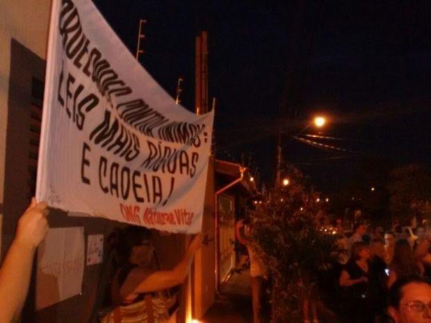 Manifestação pede justiça após morte de cachorro (Foto: Gabrielle Gabas / TVTEM)