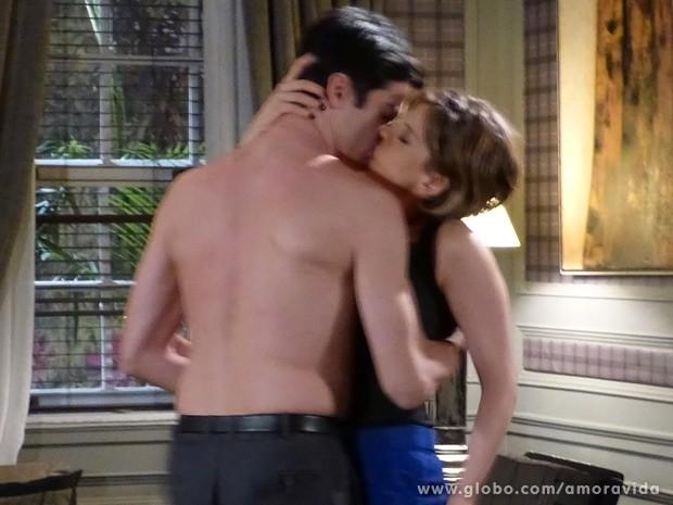 Félix puxa Edith e arranca um beijo de tirar o fôlego (Foto: Amor à Vida / TV Globo)