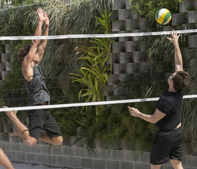 Que isso, novinho?! Gabriel bloqueia Caio (Foto: Raphael Dias/Gshow)