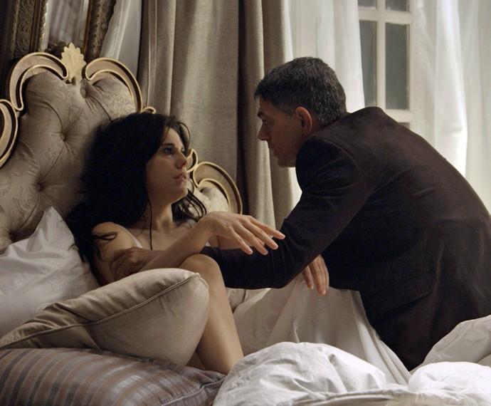 Nelita e Orlando se envolvem na casa dela (Foto: TV Globo)