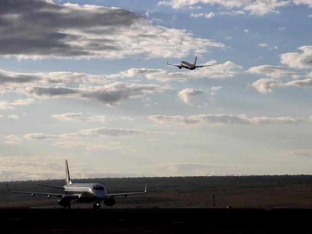 Avião decola na pista do Aeroporto JK, em Brasília, enquanto outra aeronave se prepara para voar (Foto: Vianey Bentes/TV Globo)