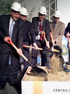 Executivos do BG Group lançam pedra fundamental do centro de pesquisas (Foto: Lilian Quaino/G1)