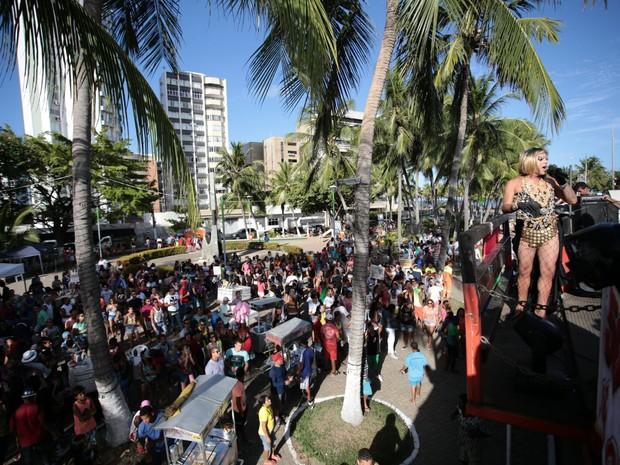 Parada gay atraiu o público para a orla Ponta Verde (Foto: Jonathan Lins/G1)