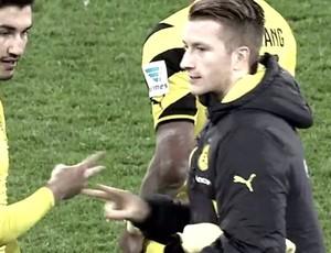 Reus cumprimenta Sahin depois do jogo do Borussia Dortmund