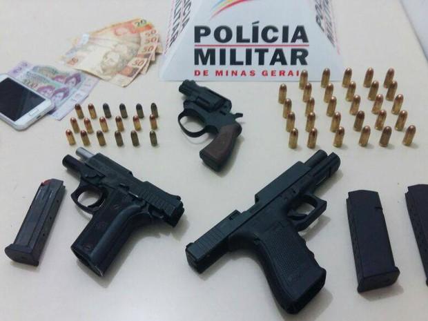 Armas apreendidas em Uberlândia (Foto: Polícia Militar/Divulgação)