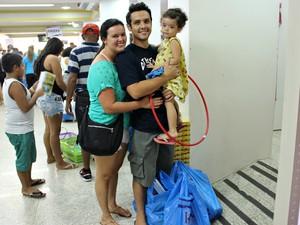 O engenheiro Hugo Sena comprou o material escolar da filha pela primeira vez (Foto: Indiara Bessa/G1 AM)