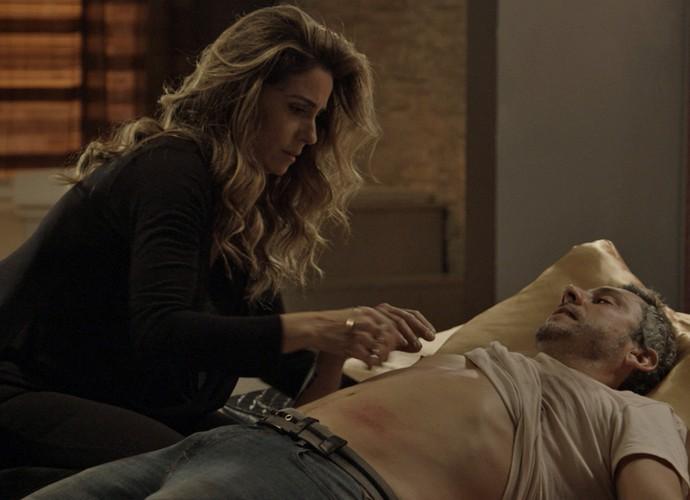 Após conseguir levar o ex-vereador para um hotel, Atena se declara (Foto: TV Globo)
