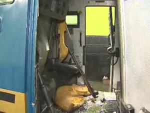 Carro-forte ficou destruído após tetativas de explosão (Foto: Reprodução/TV Vanguarda)