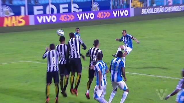 Jogada do Avaí contra o Santos pelo Campeonato Brasileiro (Foto: Reprodução/TV Tribuna)