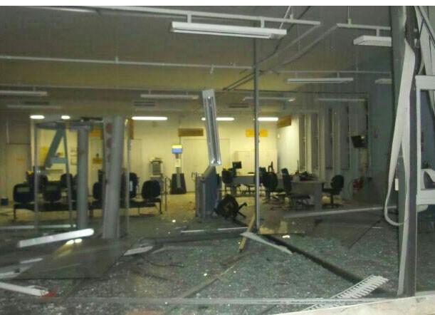 Explosão Caixa Eletronico Martinho Campos 3/6 (Foto: Polícia Militar/Divulgação)