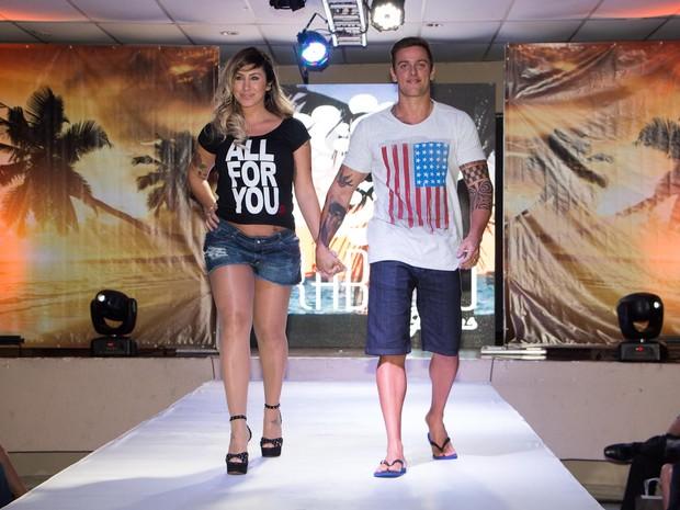 Ex-BBB Jaque Khury desfila com o marido, Rafael Melo, em evento em São Paulo (Foto: Danilo Carvalho e Thais Aline/ Ag. Fio Condutor)