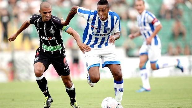 Adriano Chuva do Avaí em lance com Douglas Silva do Figueirense (Foto: Cristiano Andujar / Agência Estado)