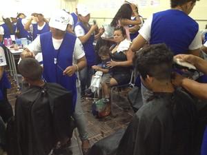 Participantes poderão cortar os cabelos gratuitamento na Ação Global (Foto: Cassio Albuquerque/G1)
