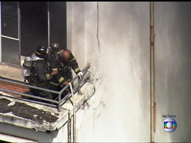 Bombeiros tentam apagar as chamas em faculdade no Centro de SP (Foto: Reprodução/TV Globo)