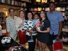 Regina Casé vai com os filhos e o marido a lançamento de livro no Rio