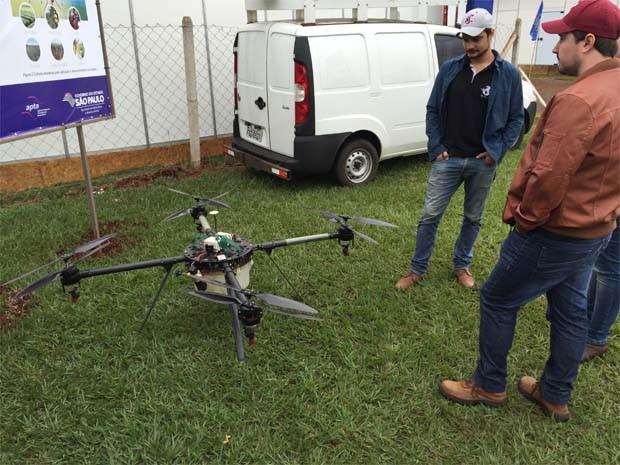 Visitantes da Agrishow, em Ribeirão Preto, SP, conferem drone que faz pulverização (Foto: Felipe Turioni/G1)