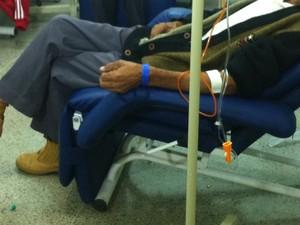 Paciente recebe medicação em Centro de Oncologia de Montes Claros (Foto: Ana Carolina Caldeira/G1)
