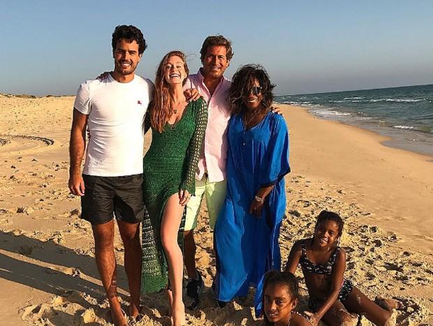 Marina Ruy Barbosa e Glória Maria curtem praia em família (Foto: Reprodução/Instagram)